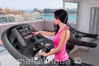 Sala fitness con attrezzature da palestra a St Julians