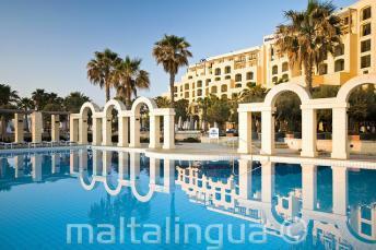 La piscina all'aperto del Hilton di St Julians, Malta