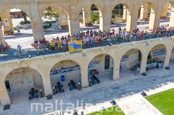 GLi studenti di Maltalingua salutano dall'Upper Barrakka a Valletta