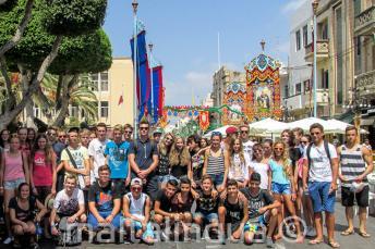 Gli studneti a una festa nazionale a Malta