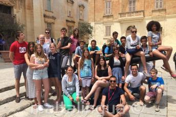 Gli studenti seduti nei cannoni di Mdina