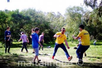 Gli studenti giocano al parco Kennedy Grove vicino al residence della scuola