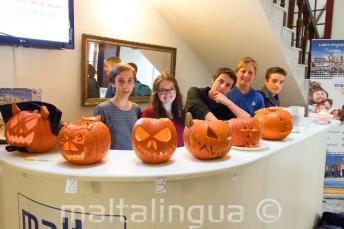 Gli studenti con le zucche di halloween alla reception della scuola