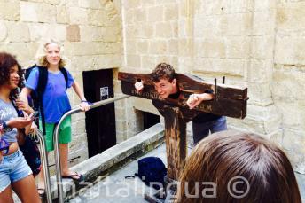 Uno studente prova una scorta medievale a Medina