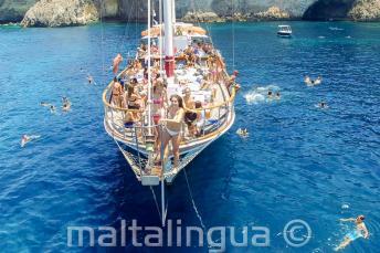 Studenti in gita in barca a Malta si preparano a tuffarsi in mare