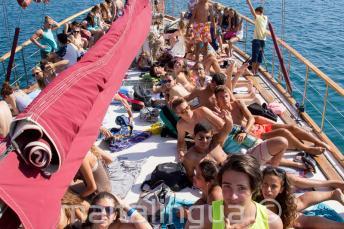 Gli studenti prendono il sole sul ponte della barca