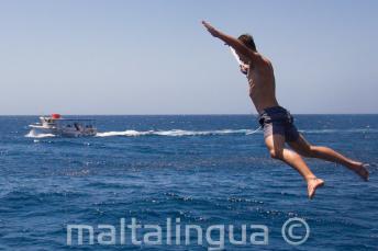 Uno studente si tuffa dalla barca
