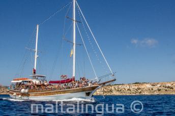 La barca di Maltalingau durante la navigazione per Comino