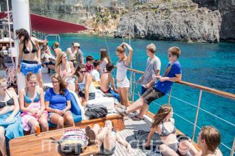 Studenti che si rilassano sul ponte della barca