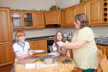 Gli studenti a cena con la famiglia ospitante