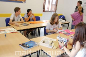 Gli studenti lavorano in un progetto di classe