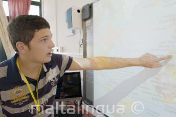 Uno studente in classe indica una mappa