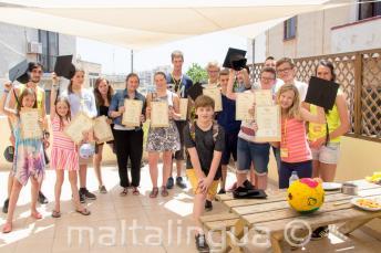Un gruppo di studenti che a finito con successo il corso di inglese