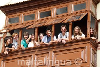 Studenti nel balcone della scuola