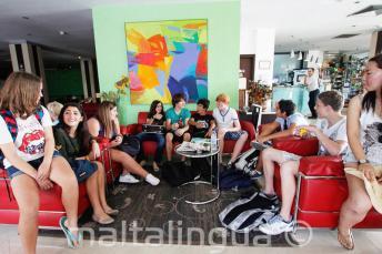 Studenti di lingua inglese nella hall del residence per junior