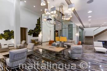 L'atrio e in salotto dell'hotel Valentina, St Julians
