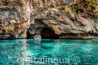 L'acqua azzurra di Blue Grotto, Malta..