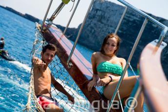 2 studenti sdraiati sul ponte di una barca a Comino a Malta.