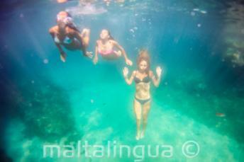 3 amici nuotano sotto acqua