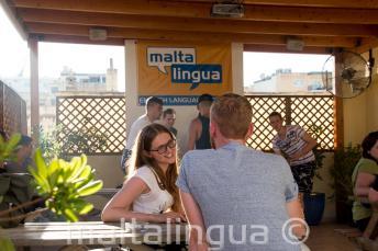 Studente di inglese con la sua insegnante in terrazza