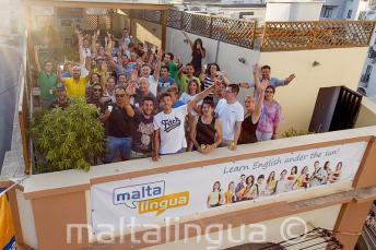Gli studenti sul terrazzo salutano