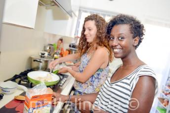 Uno studente aiuta la sua famiglia a preparare la cena