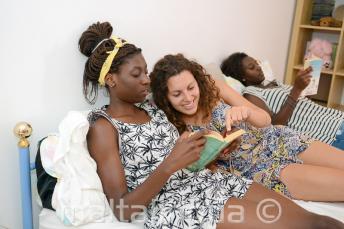 Leggere un libro con un membro della famiglia ospitante