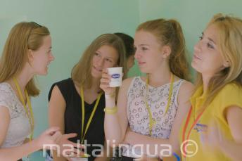 Insegnante un animatore parlano con gli studenti