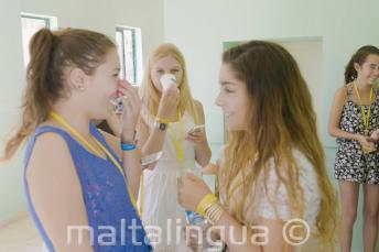 Due studentesse parlano insieme a scuola