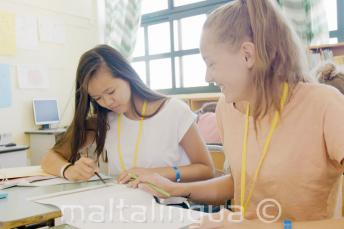 2 studentesse si aiutano in inglese