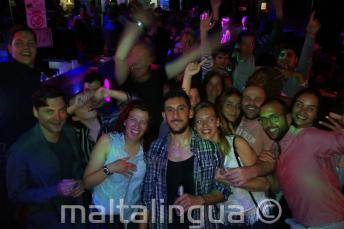 Un gruppo studenti in discoteca a Paceville