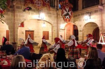 Dancze tradizionali maltesi durante una cena