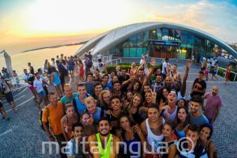 Gli studenti di inglese a una festa a Cafe del Mar