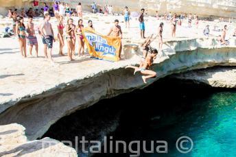 La scuola di Maltalingua salta nel mare di St Peter's Pool