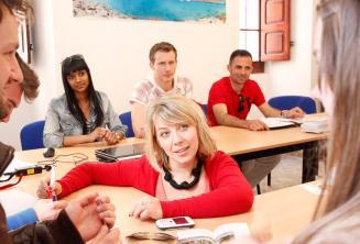 Un insegnante insegna inglese agli studenti di Maltalingua