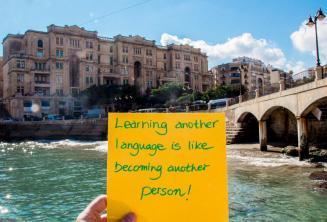 Imparare un'altra lingua è come diventare un'altra persona. Balluta Bay, St Julians
