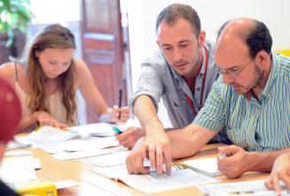 Un insegnante di inglese che spiega qualcosa ad uno studente in classe