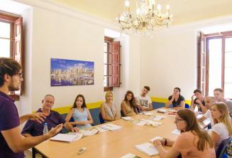 Un insegnante durante una lezione