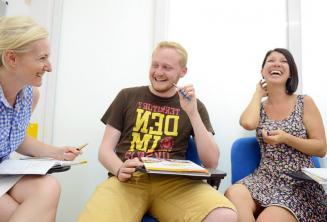 Gli studenti si divertono in classe