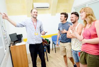Un insegnante usa la lavagna interattiva per spiegare