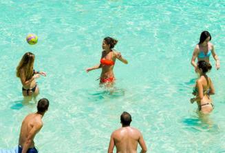 Gli studenti giocano a pallavolo nella Blue Lagoon, Malta
