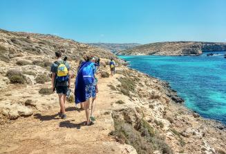 Gli studenti fanno una passeggiata nella Blue Lagoon