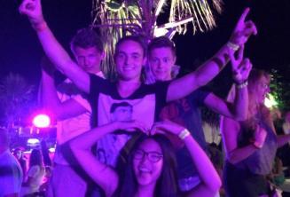 4 studenti balla alla festa di benvenuto