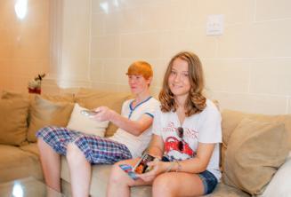 Studenti seduti sul divano della famiglia ospitante