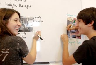 2 studenti che lavorano insieme alla lavagna