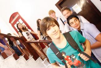 Un gruppo di studenti all'interno della scuola