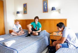 3 studenti in una camera del residence
