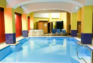 La piscina coperta nel residence di Maltalingua
