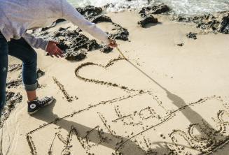 Gli studenti scrivono sulla sabbia