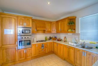 Cucina completamente attrezzata nell'appartamento condiviso della scuola.